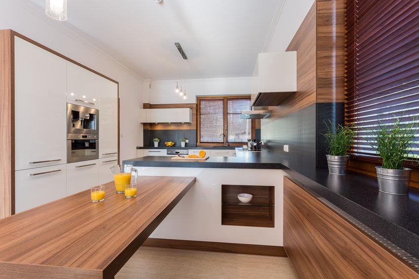 Cucina moderna in laminato lucido bianco, legno e fenix in nero