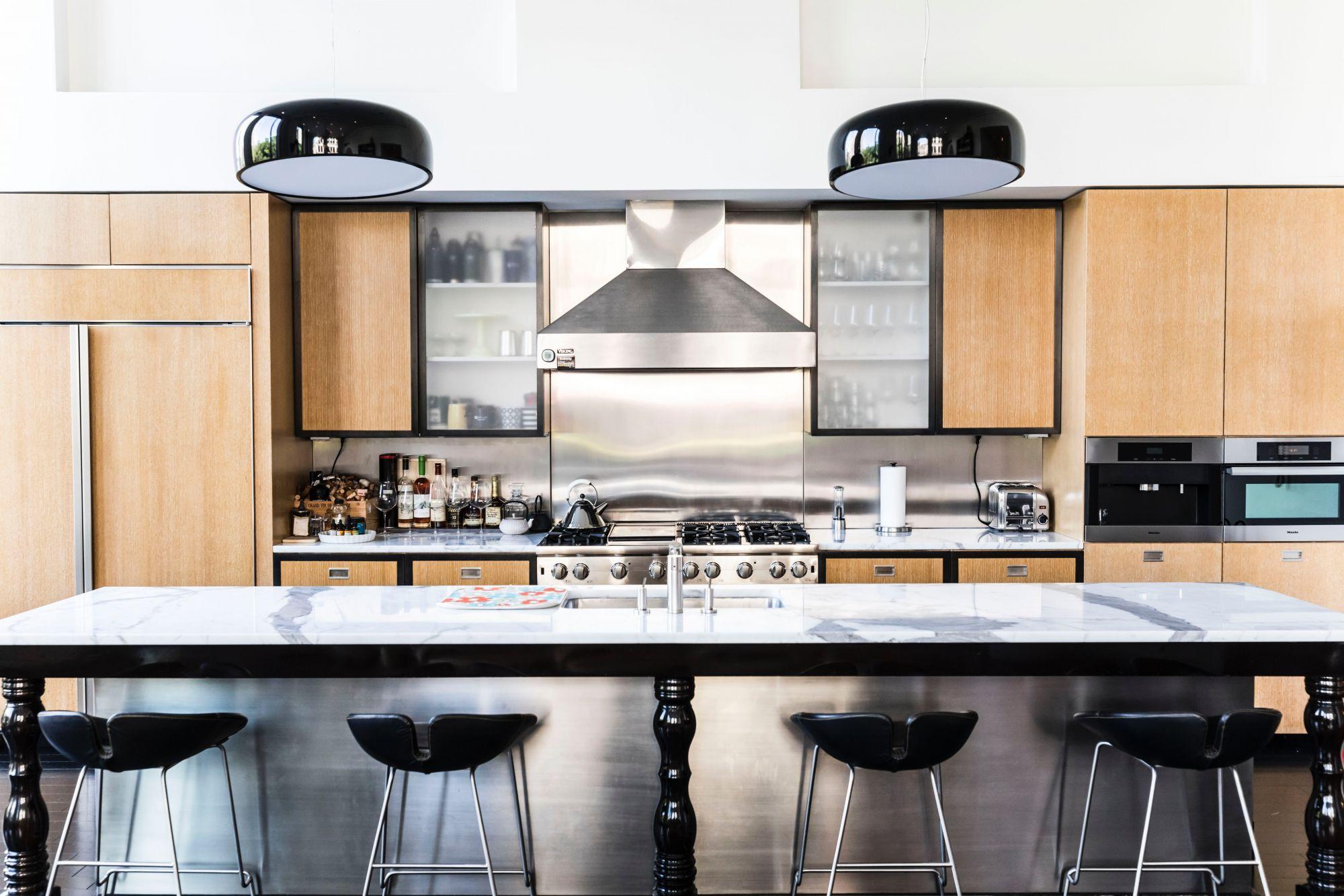 cucina con lampadario vintage