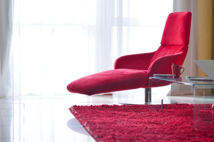 chaise longue colorata nel living