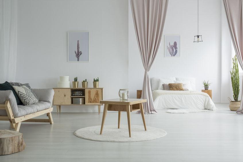camera da letto aperta sul soggiorno