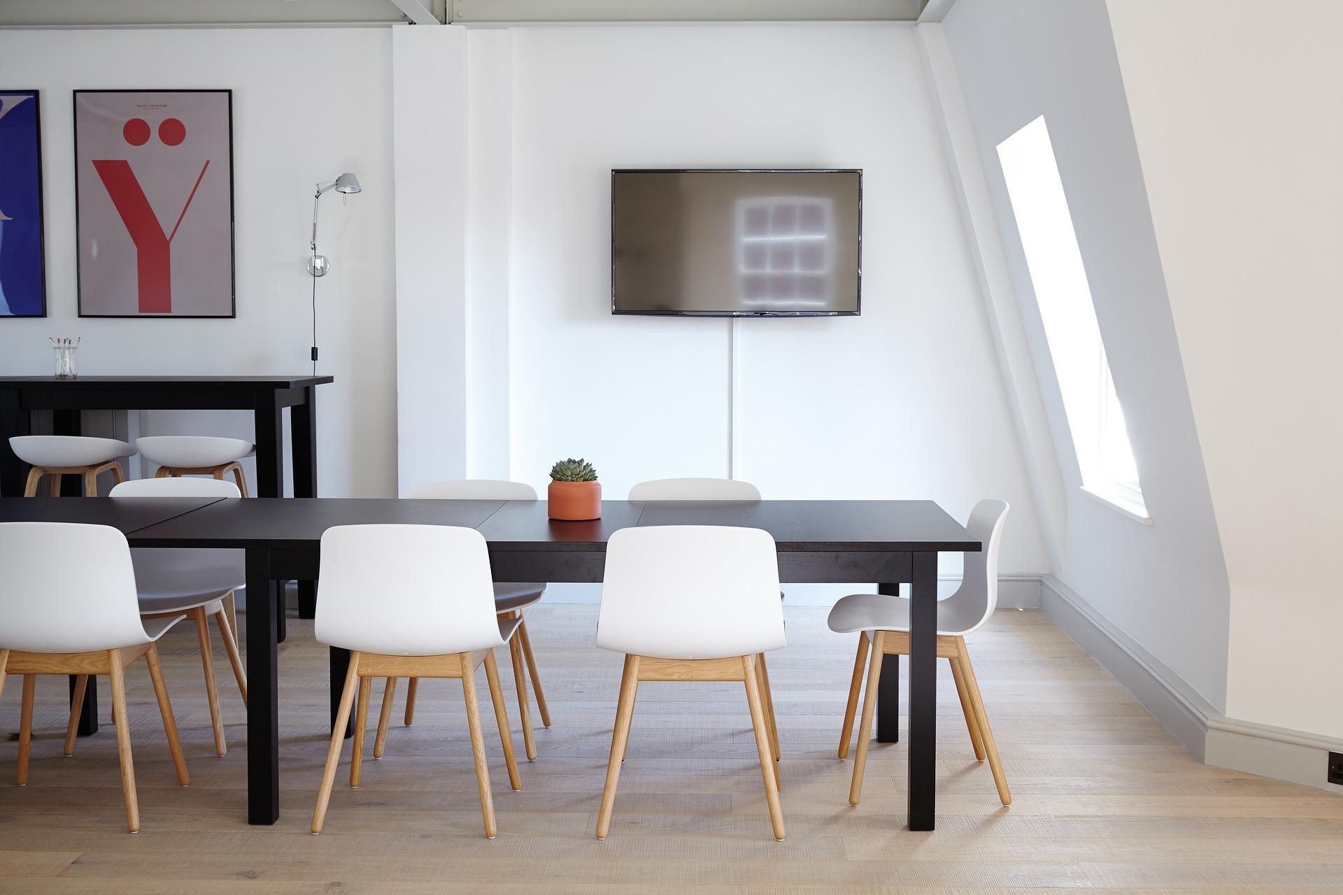 Quadri in casa: astratti nella sala da pranzo