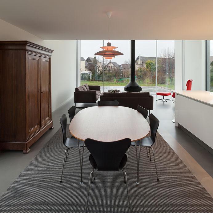 Tappeto in sala da pranzo: monocromo e contemporaneo