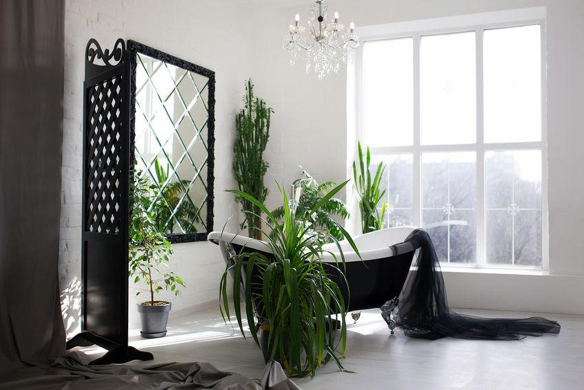 Bagno: specchio in nero e separè vintage