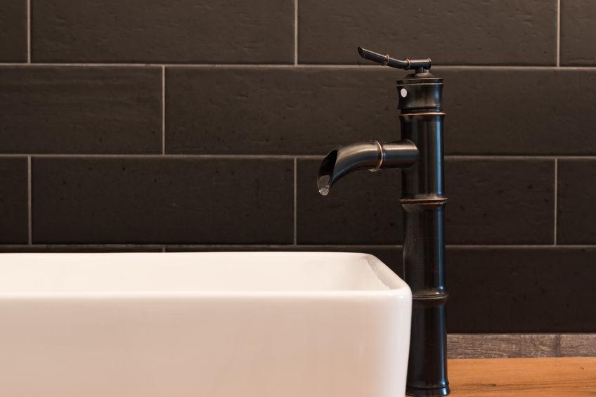 Bagno: rubinetteria in nero di grande design