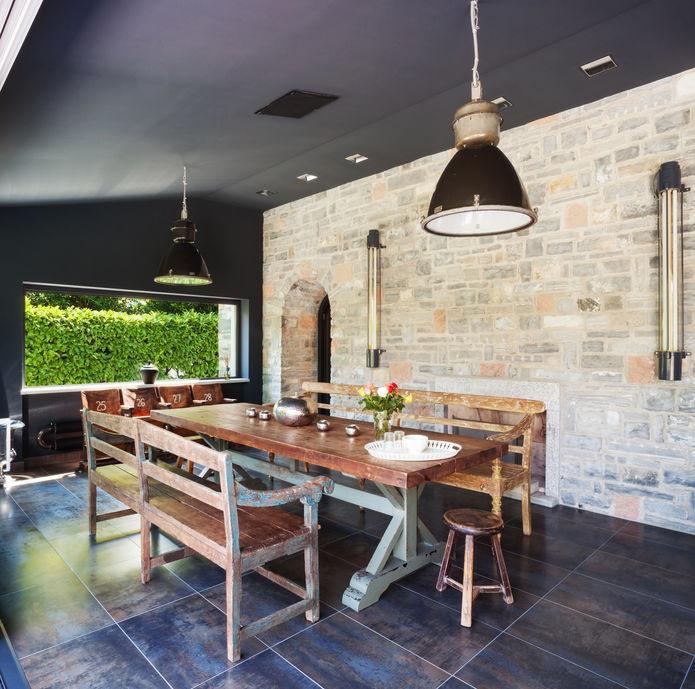 Parete in sala da pranzo: particolari inserti in pietra