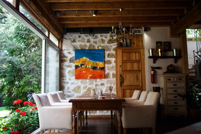Parete in sala da pranzo: particolari inserti in pietra naturale