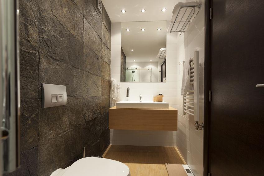 Bagno: rivestire una parete in pietra