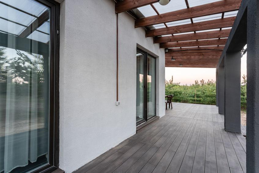 Portico contemporaneo in legno e metallo