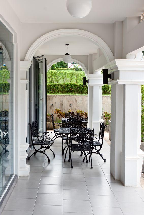 Portico elegante con colonne e volte