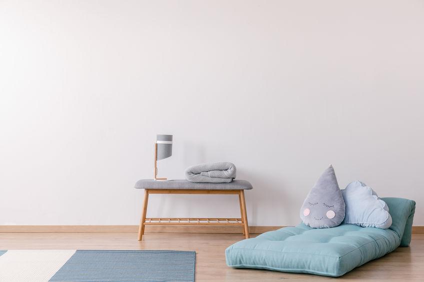 Zona letto: futon e comodino nella camera del bambino
