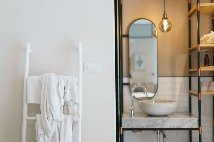 Termoarredo in bagno: particolare scala per asciugamani