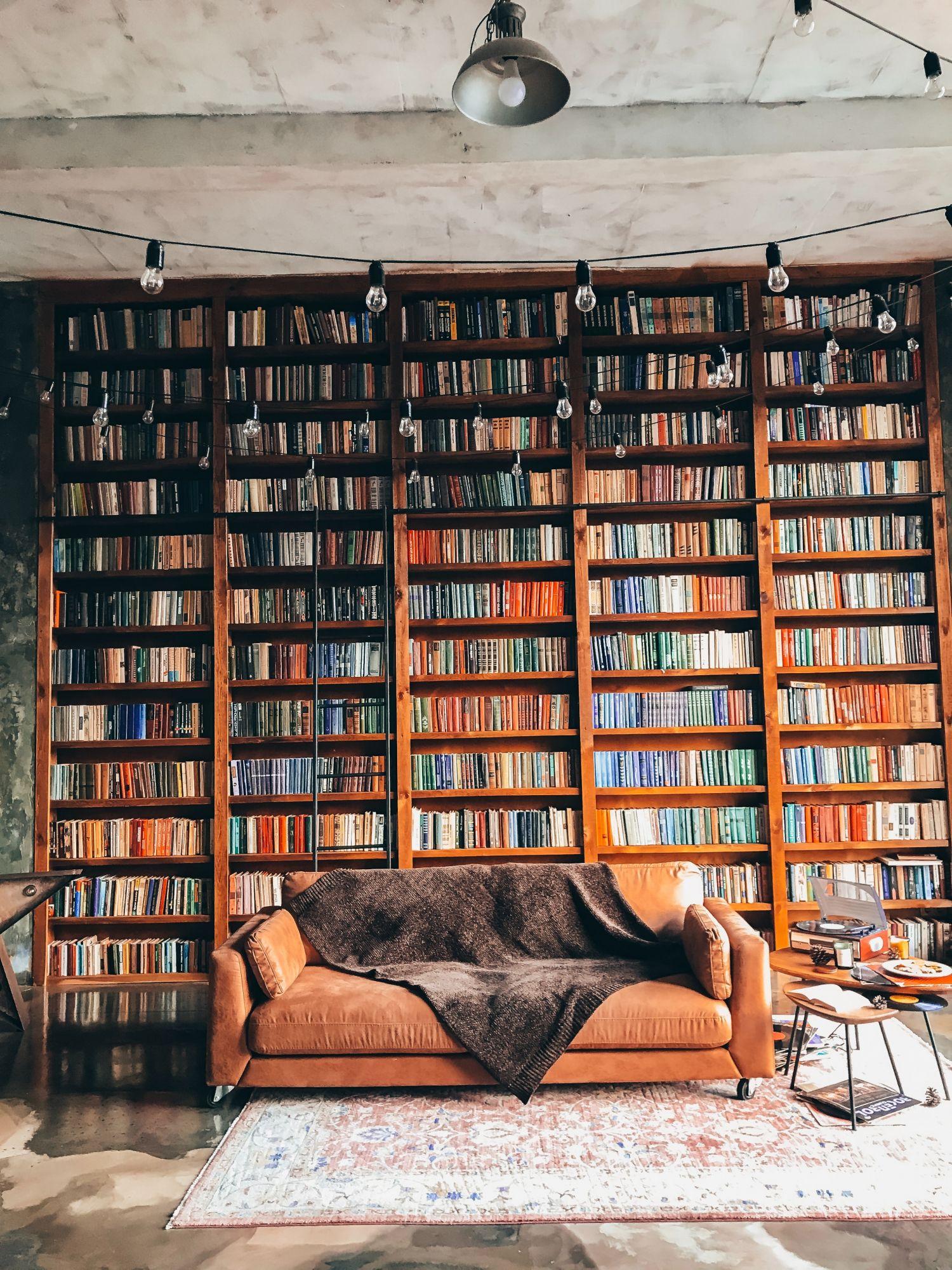 Libreria industrial style: a tutt'altezza con legno di recupero