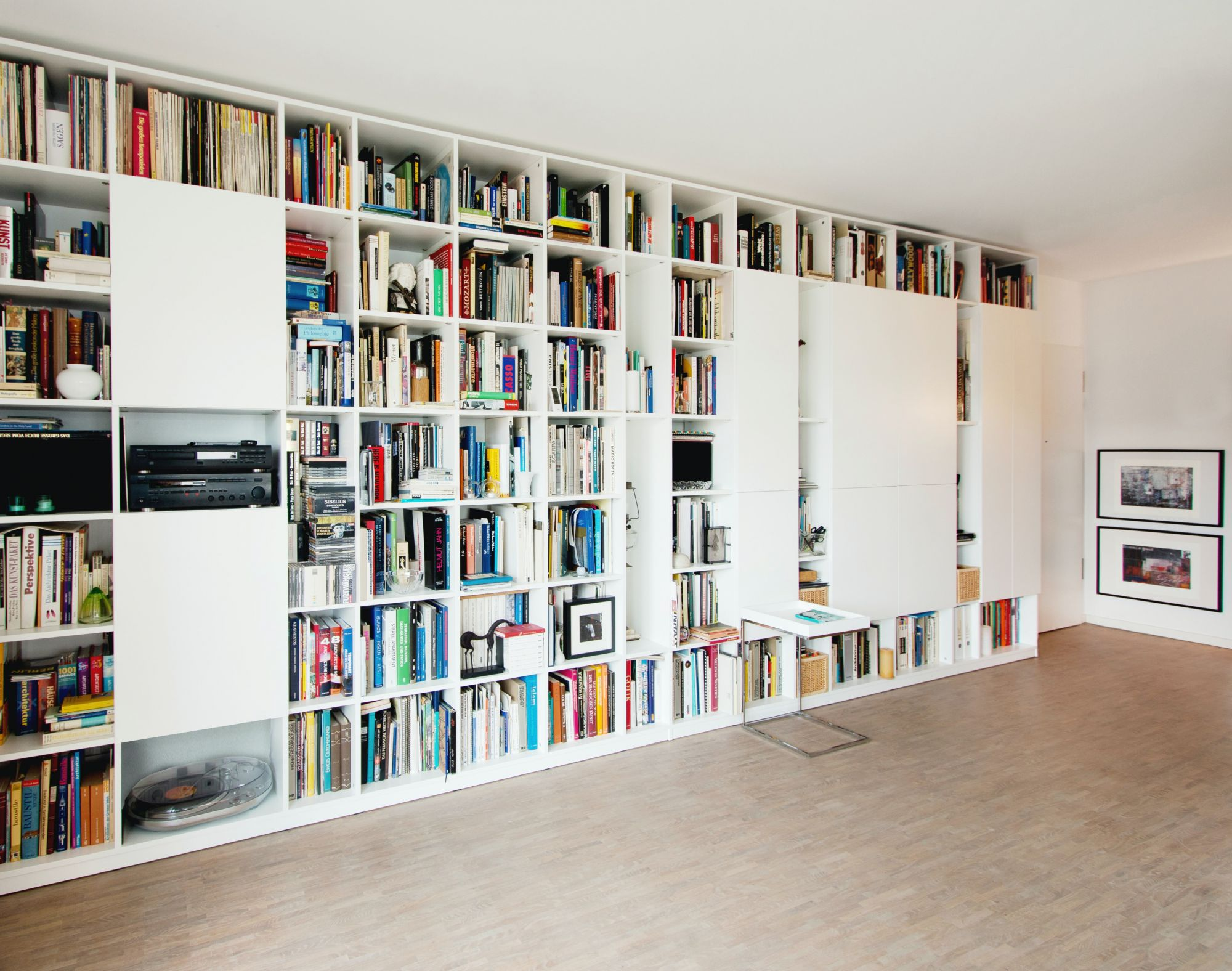 Libreria a tutt'altezza: semplici scaffali metallici
