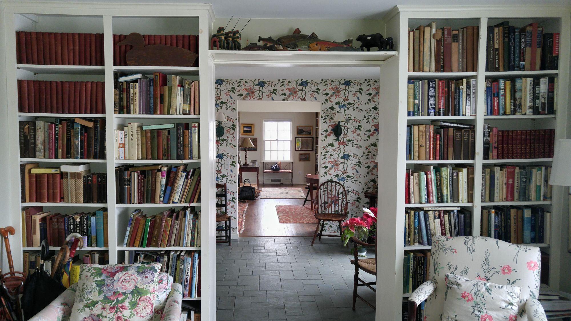 Libreria in casa: a tutt'altezza intorno a una porta