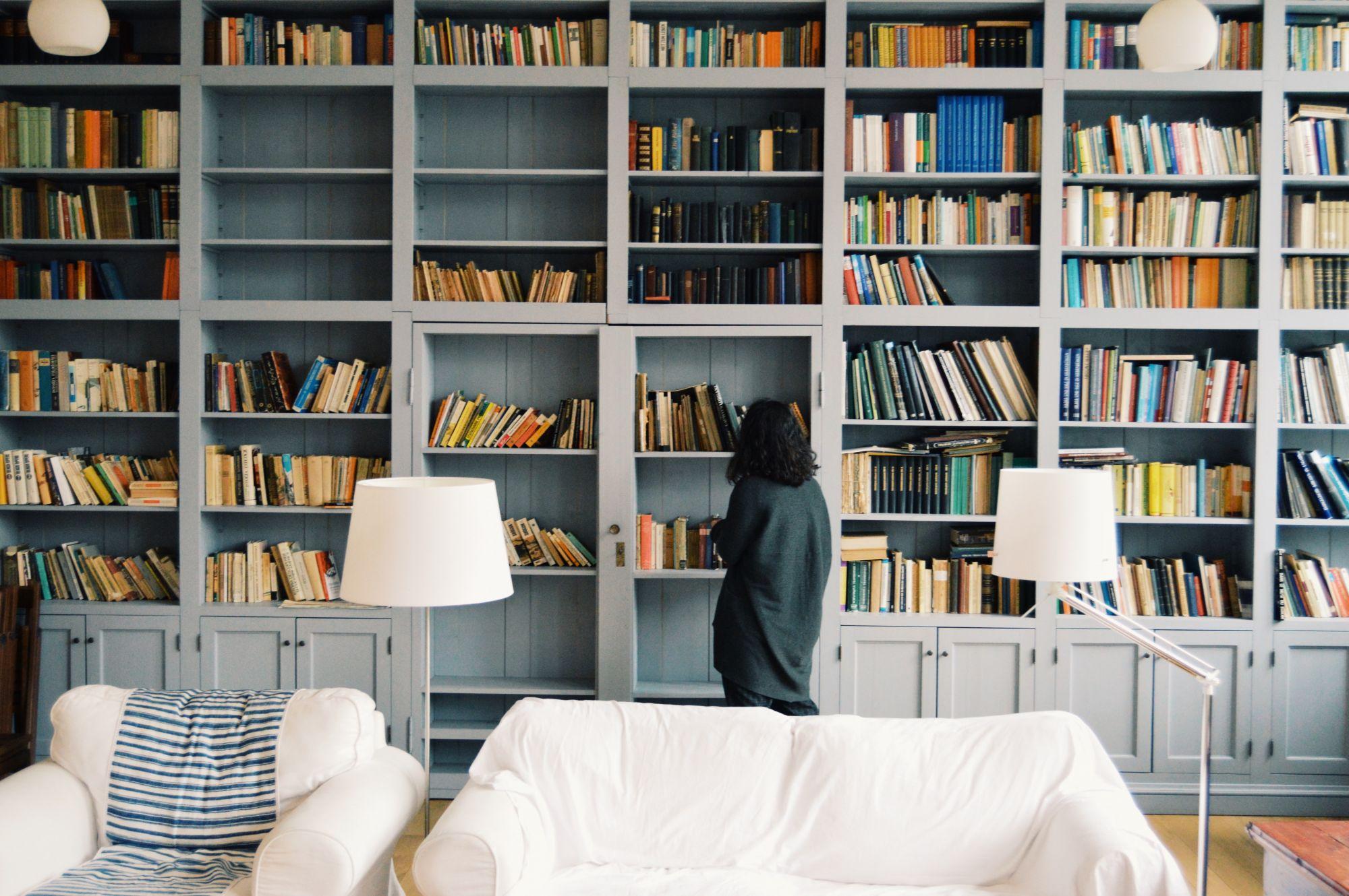 Libreria in casa: a tutt'altezza con chiusure trasparenti