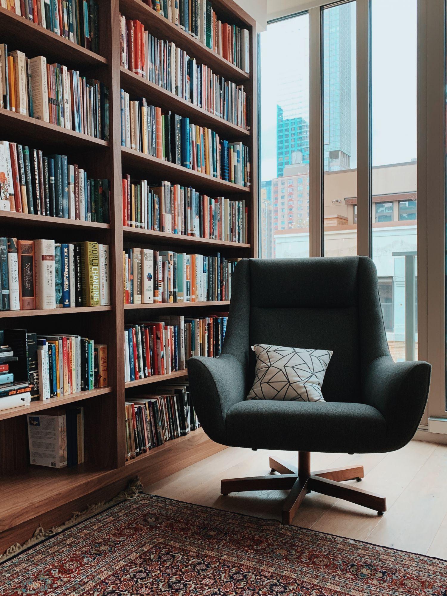 Libreria a tutt'altezza in casa: classica in legno massello