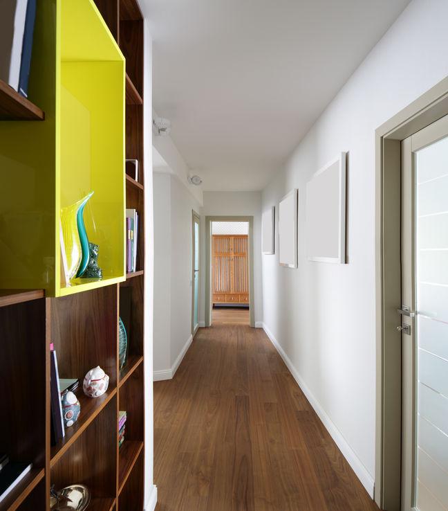 Corridoio lungo e stretto: crea una libreria a muro