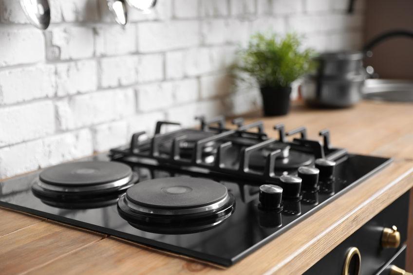 Piano cottura a gas in cucina: versatile con piastre elettriche