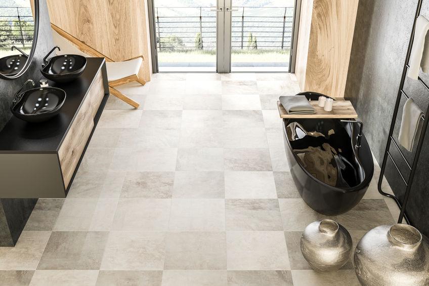 Piastrelle in bagno: trendy a scacchi sul pavimento