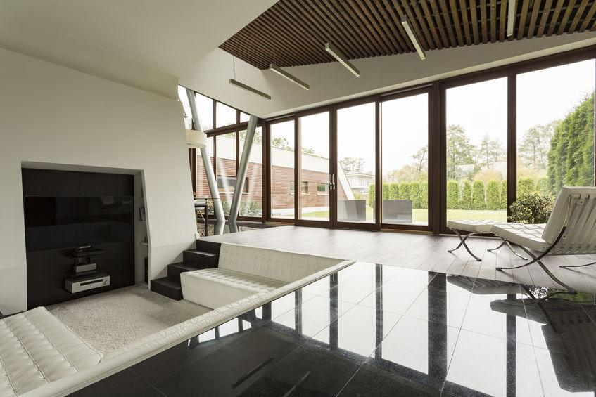 soggiorno moderno a doppia altezza