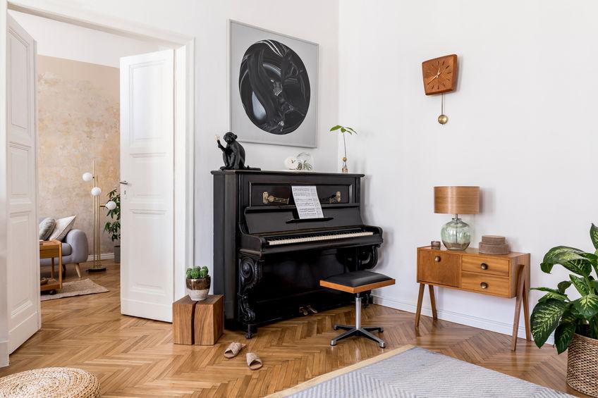 Pianoforte in casa: in soggiorno accanto alla porta
