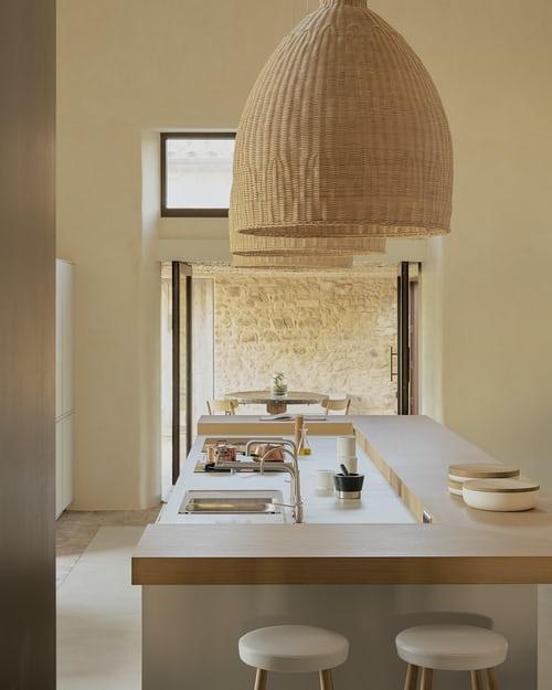 La nuova tendenza delle cucine con colori neutri e materiali naturali