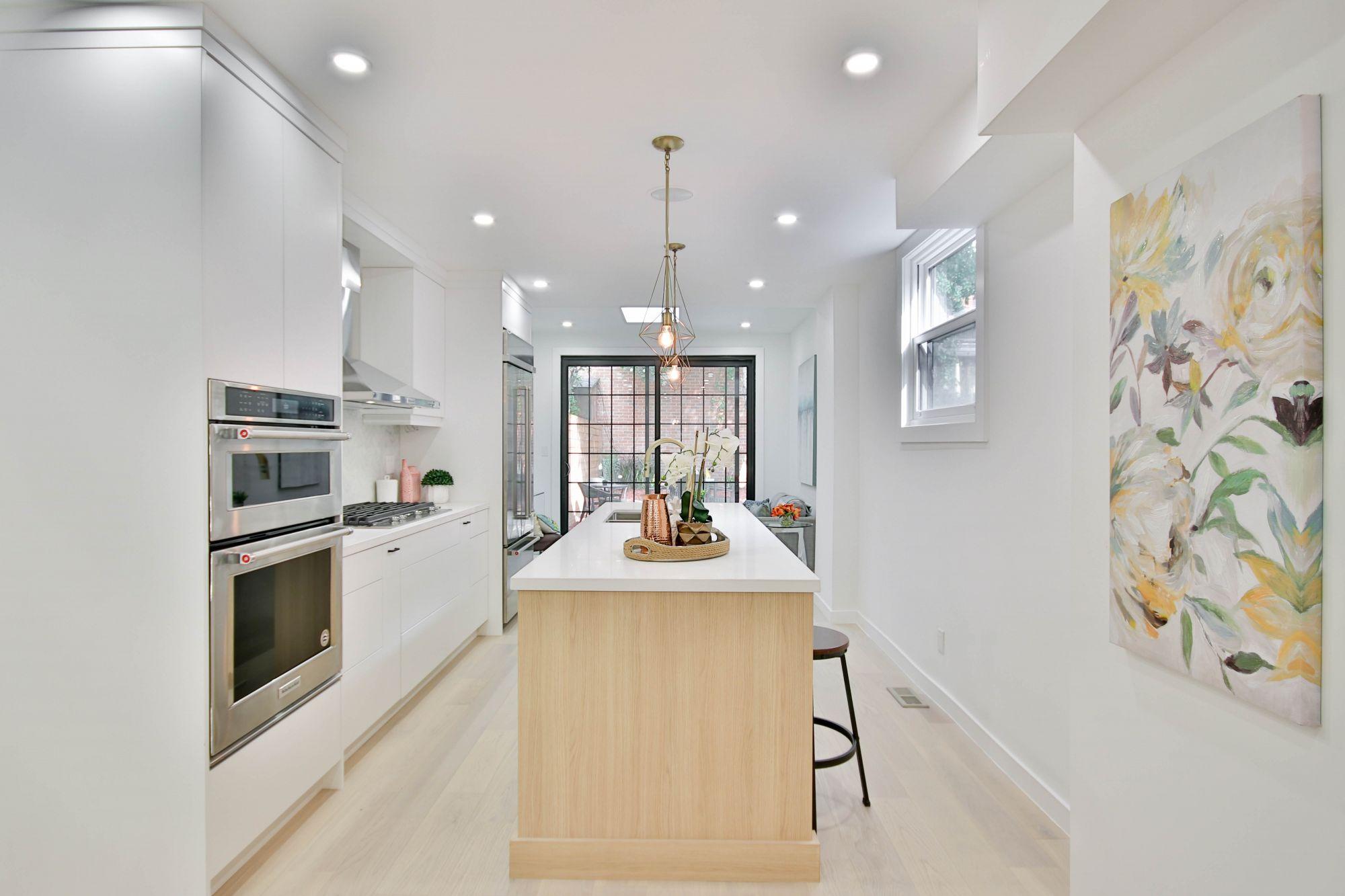 Cucina di stile: contemporanea in bianco etereo