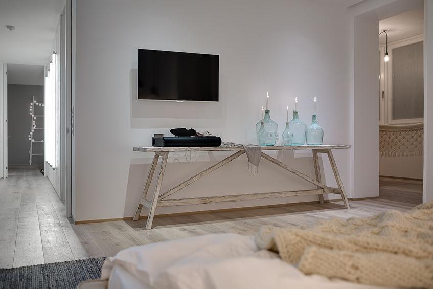 Zona notte: total white in una camera matrimoniale con bagno