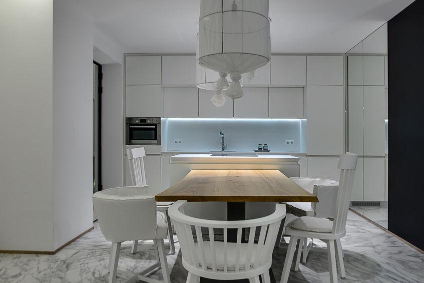 Cucina minimalista in un bianco etereo