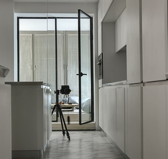 Cucina minimalista e moderna in un bianco etereo