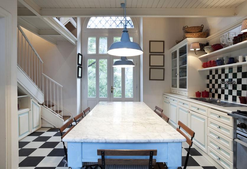 Arredo eclettico in cucina vintage con commistione di materiali