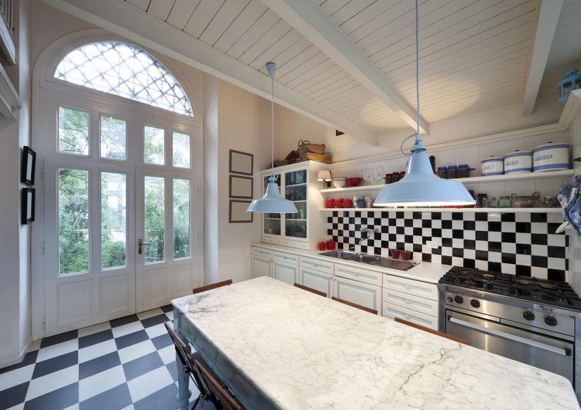 Elementi di stile e tendenza per un look retrò in cucina