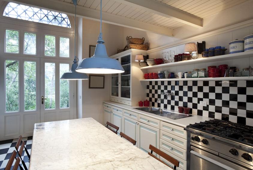 Illuminazione in metallo: una forma tipica vintage per le cucine