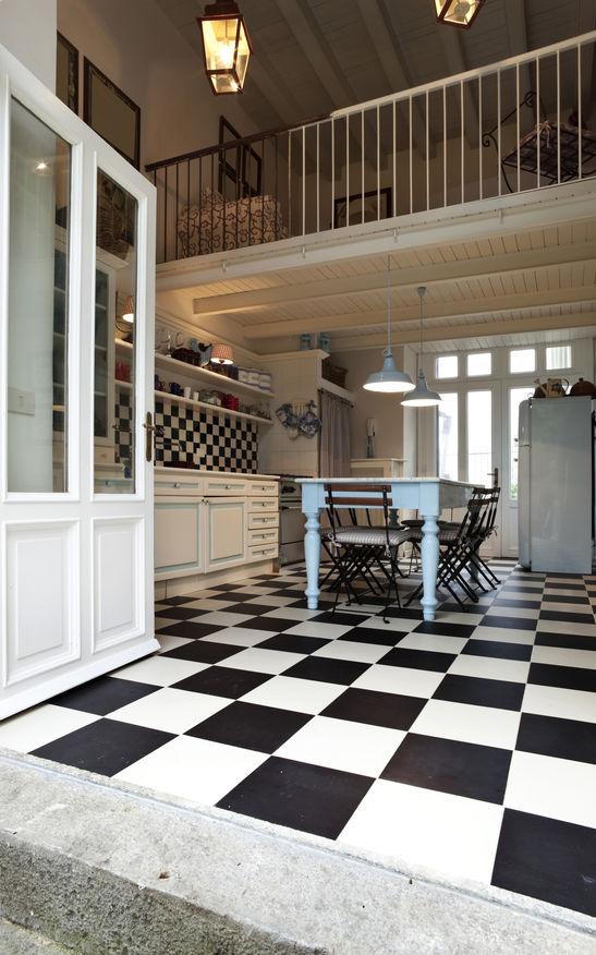 Rivestimenti a scacchi per pavimenti e pareti in cucina