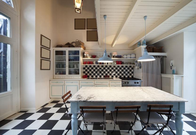 Tinte neutre e tocchi di colori accesi in una cucina vintage
