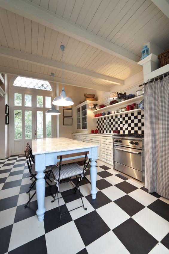 Elettrodomestici freestanding dal gusto vintage in una cucina retrò