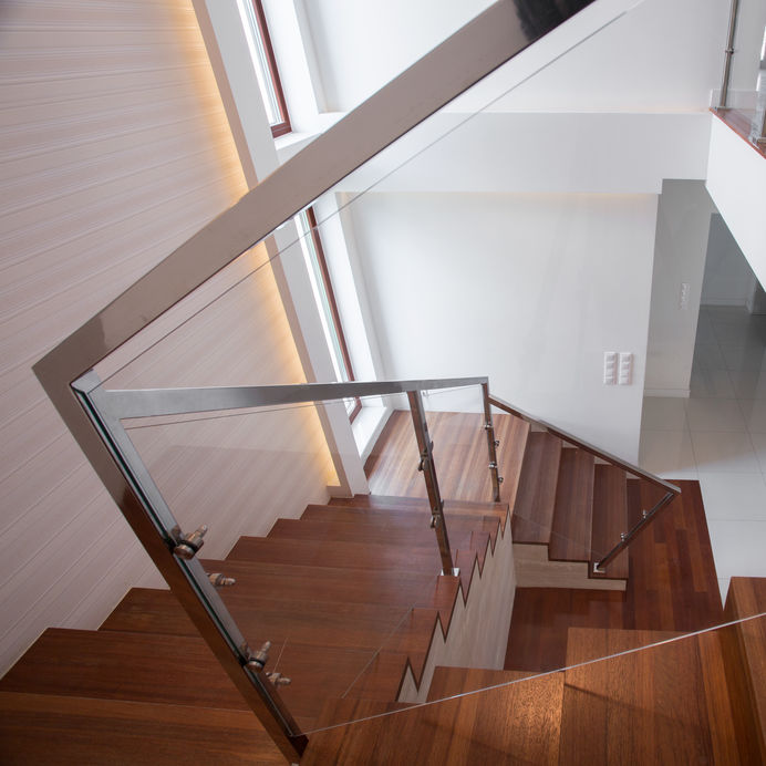scale con ringhiere in vetro e metallo