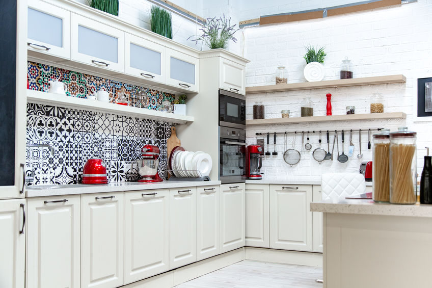 piastrelle decorate bianche e nere cucina