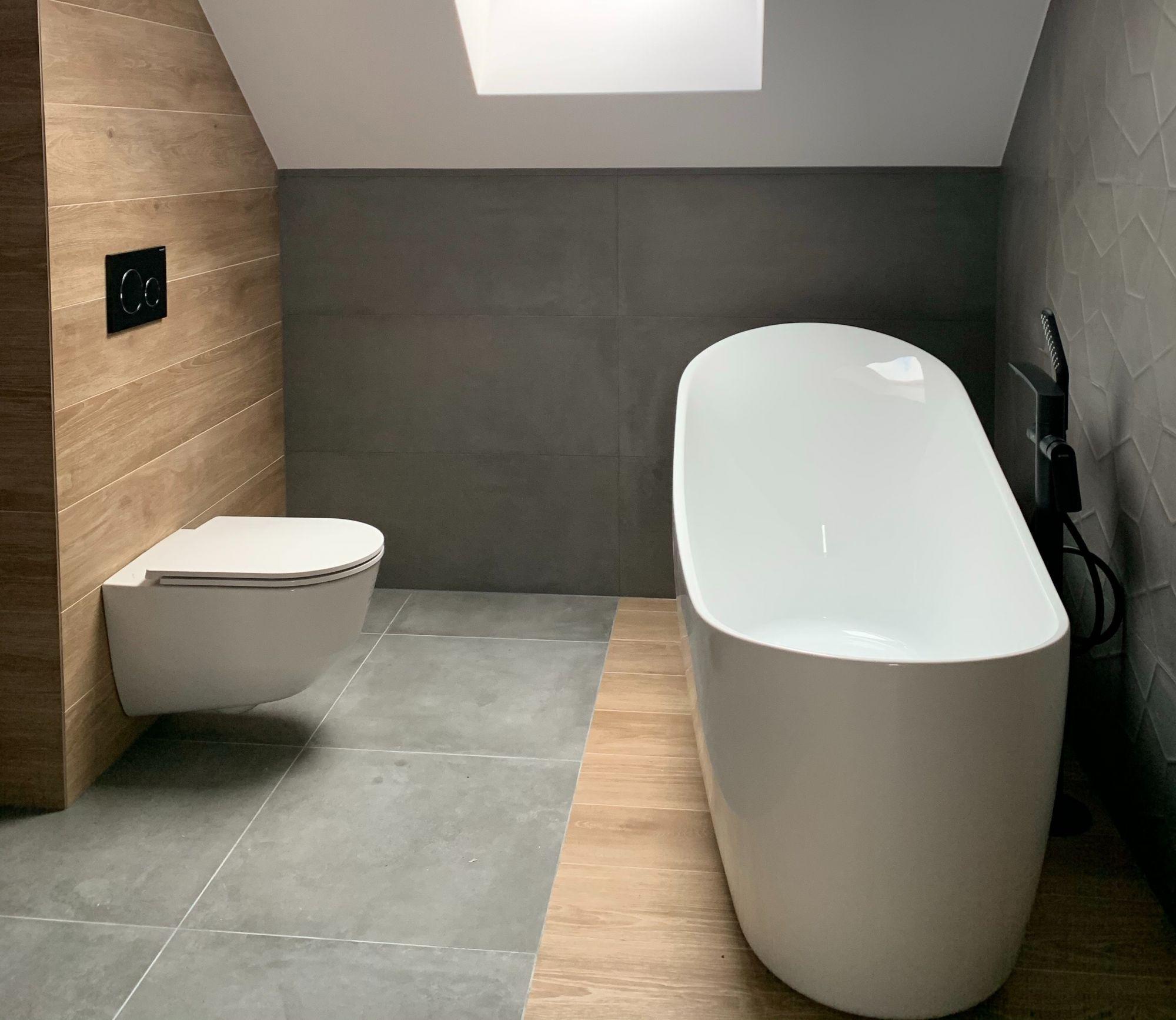 Pavimenti diversi: dividere all'interno del bagno