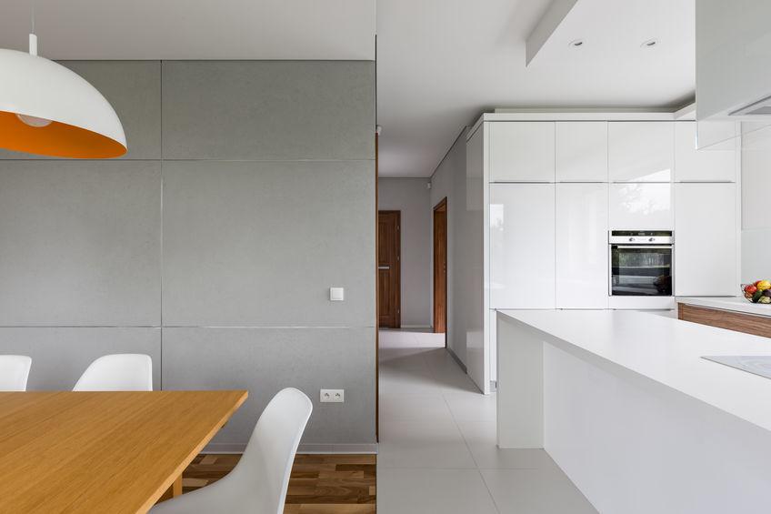 Pavimenti diversi: separare la cucina dalla zona pranzo