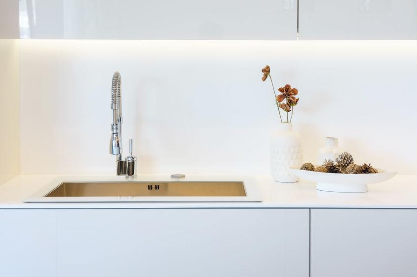Paraschizzi in bianco: vetro bianco in cucina