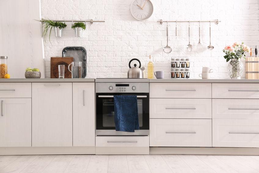 Paraschizzi in cucina in mattoni bianchi