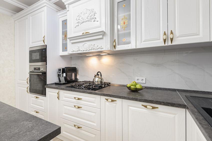 Paraschizzi in cucina: elegante in marmo bianco
