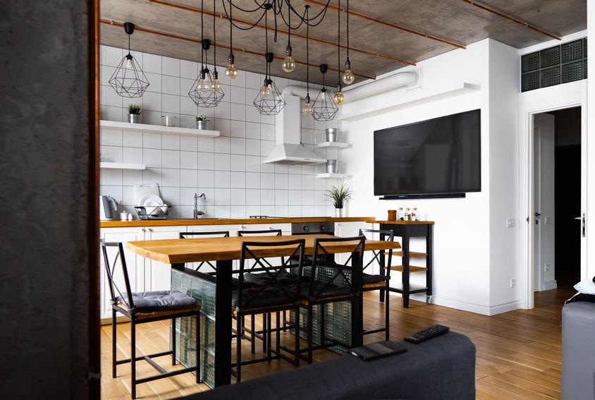 Cucina di stile con un paraschizzi in bianco