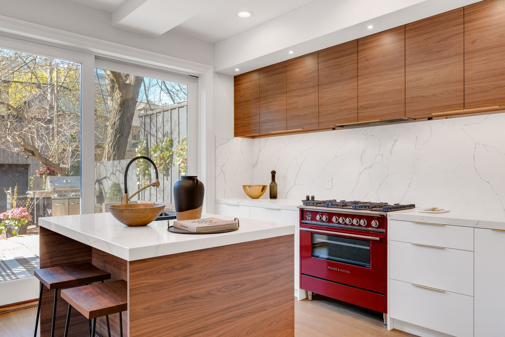 Vetrate scorrevoli in una cucina con vista giardino