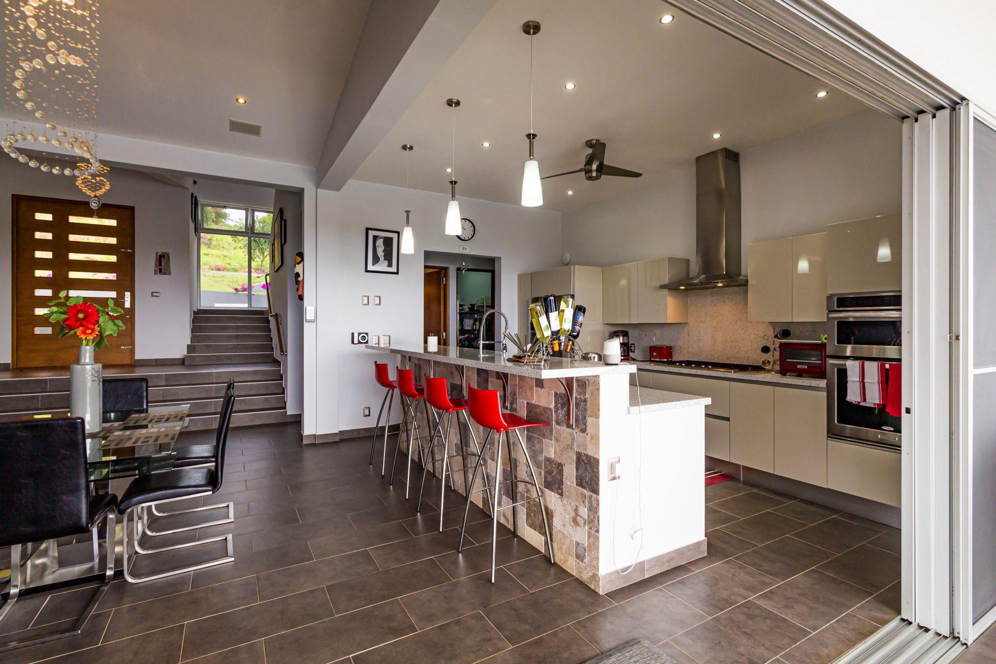 Vetrate scorrevoli in cucina con vista giardino