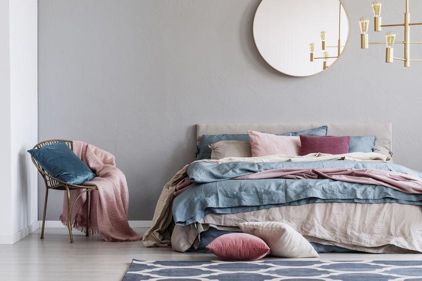 Specchio tondo nella zona notte: elegante sopra il letto