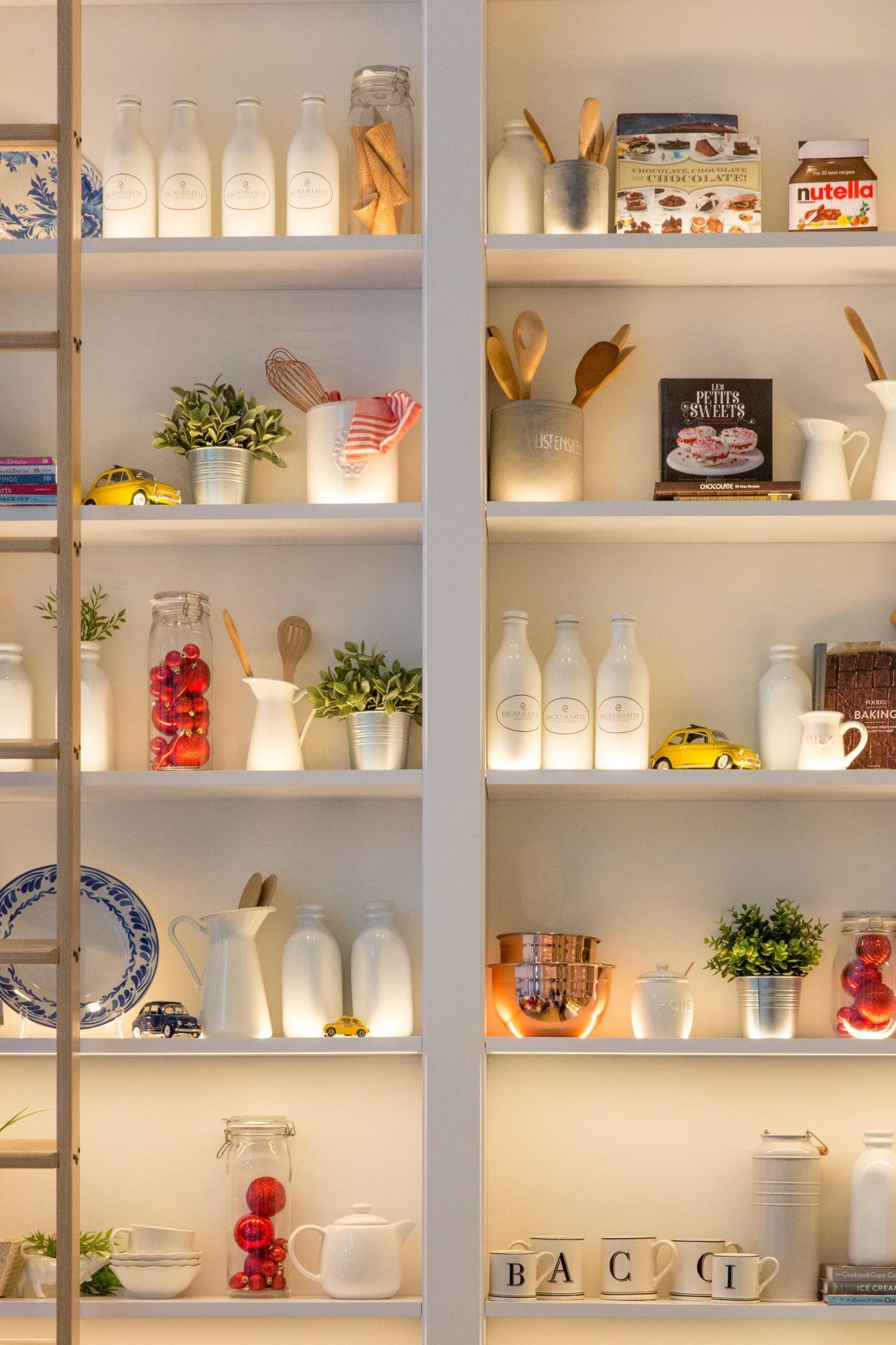 Credenza in cucina: illuminata a vista