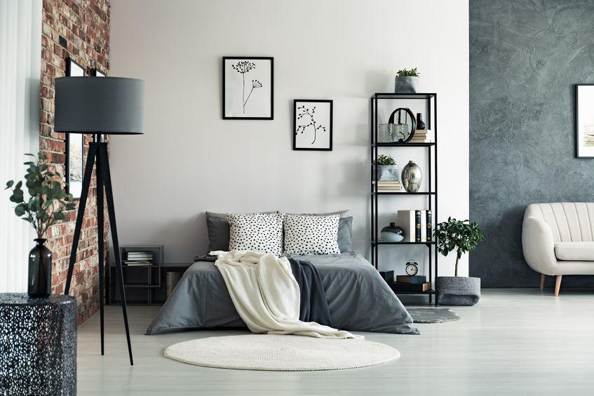 tappeto tondo con colori neutri per camera da letto
