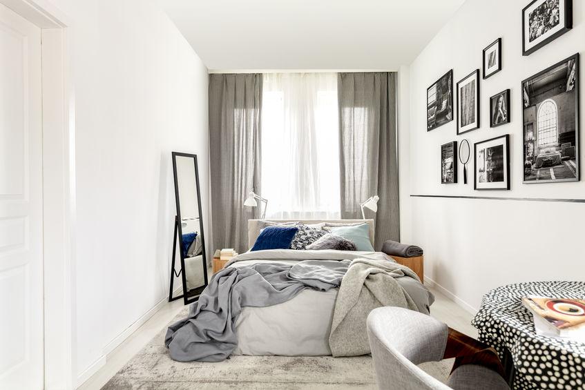tappeto minimalista e monocromo in camera da letto